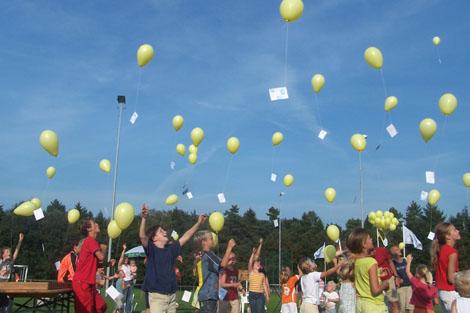 Jongste Vordenleden laten een ballon op aan het einde van het feestweekend