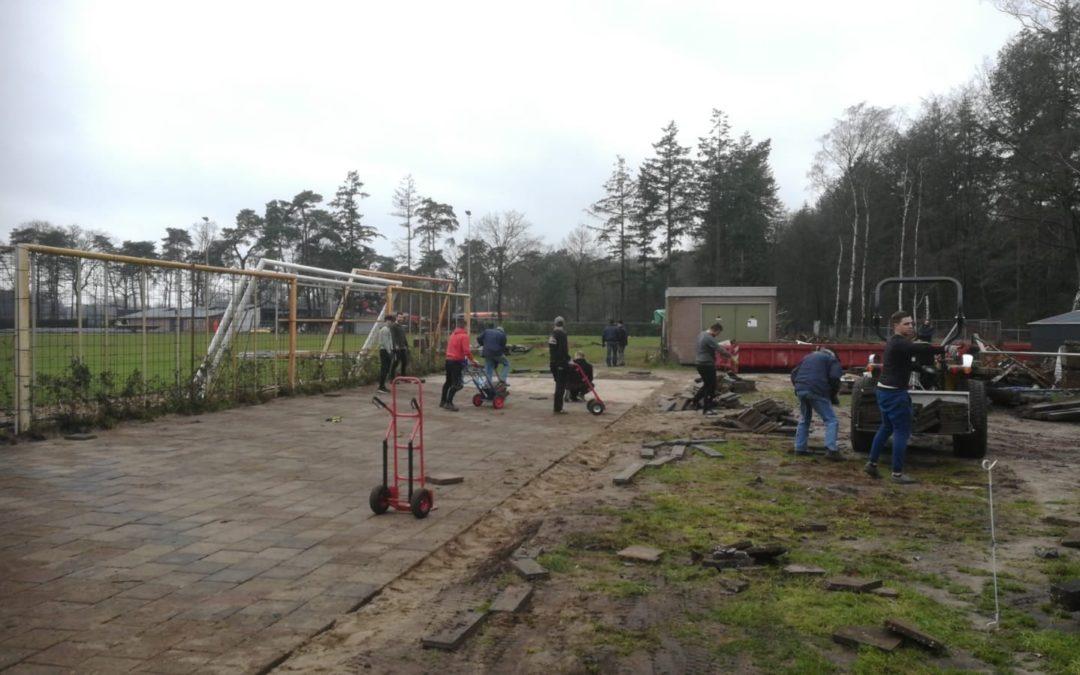 Vele vrijwilligers al flink bezig met voorbereiding kunstgrasveld (dag 4)